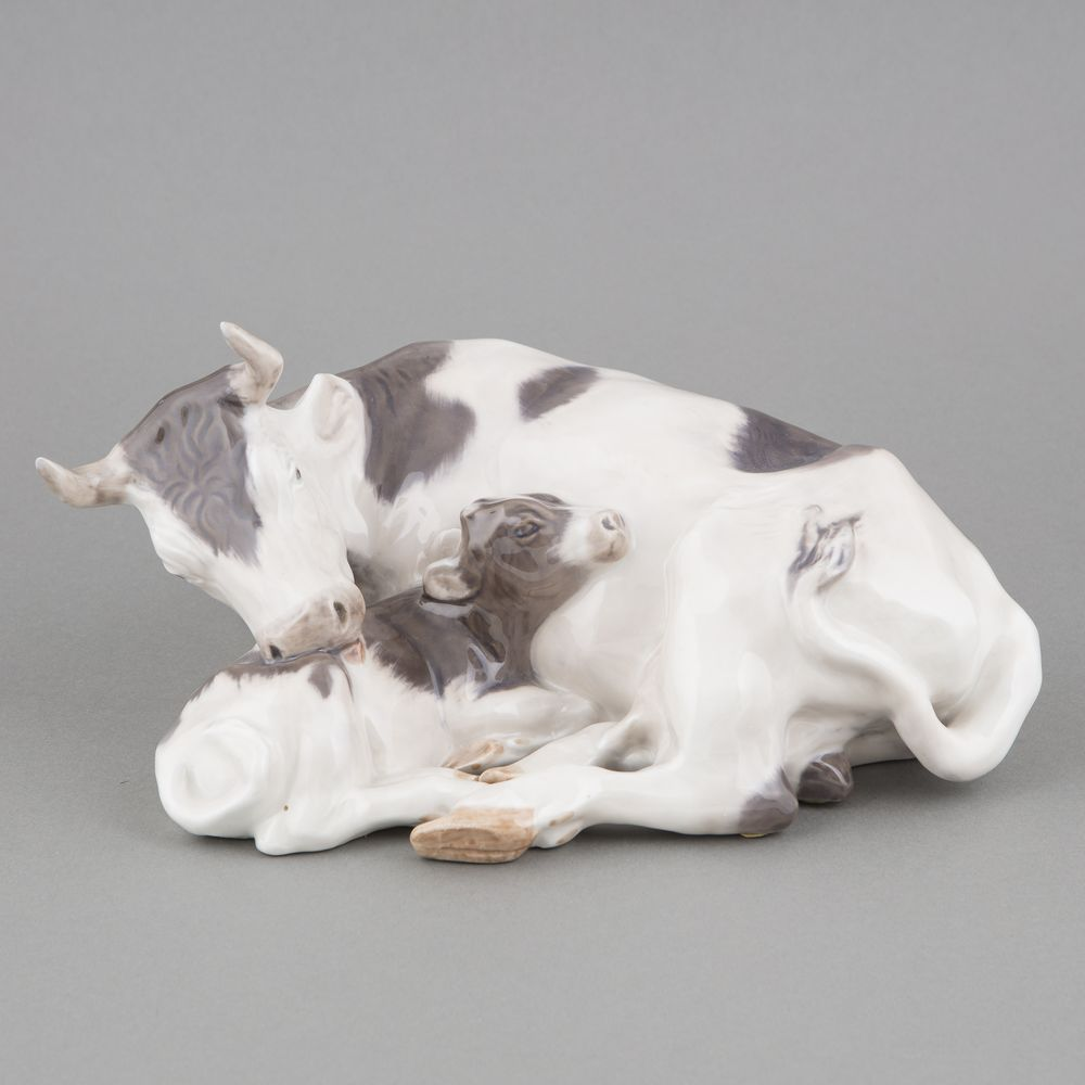 Porcelain figurine, Cow with calf